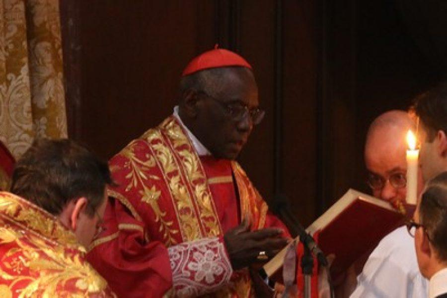 Card. Robert Sarah: «Diabolico chi ha attaccato BXVI: demolisce la Chiesa»