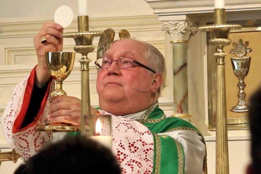 """Vescovo statunitense chiede alla diocesi di iniziare a ricevere la Comunione """"in bocca e in ginocchio"""""""