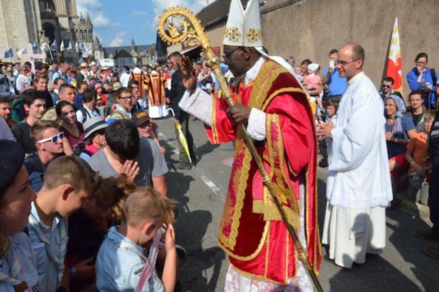 """Card. Sarah a Chartres: l'abolizione del celibato ecclesiastico """"avrà la grave conseguenza di rompere definitivamente con la Tradizione apostolica"""""""