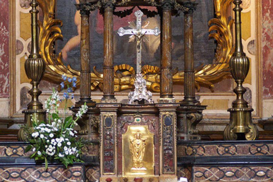 In mezzo al fango del mondo l'uomo giusto abita presso la pace del Tabernacolo perchè l'Eucarestia è il centro di tutto il Vangelo