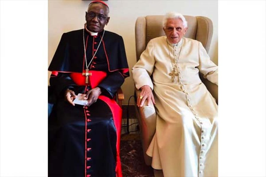 Card. Sarah: Luce nella notte. Al cuore della crisi degli abusi sui minori, lo sguardo di Benedetto XVI sulla Chiesa